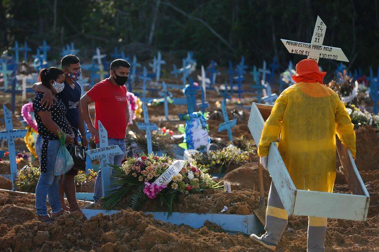 December 2020: nabestaanden begraven een covidslachtoffer in Manaus. Beeld AFP