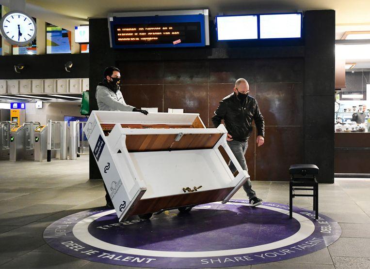 De piano op station Eindhoven Centraal moest het ook ontgelden tijdens de rellen en is nu vervangen door een nieuw exemplaar. Beeld Hollandse Hoogte /  ANP
