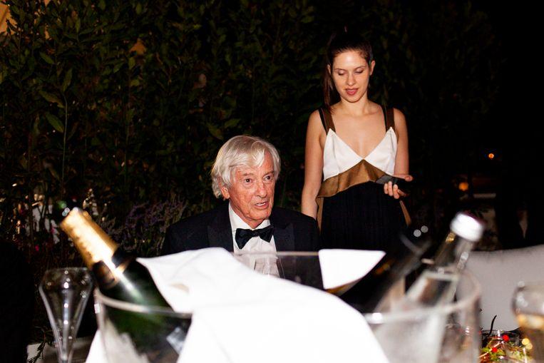 Paul Verhoeven met actrice Daphne Patakia na de première van Benedetta op het dakterras van het Marriott Hotel in Cannes. Beeld Renate Beense