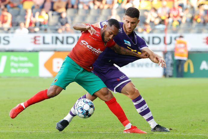 Pierre Bourdin (r.) in een duel met Kenny Rocha Santos van Oostende.