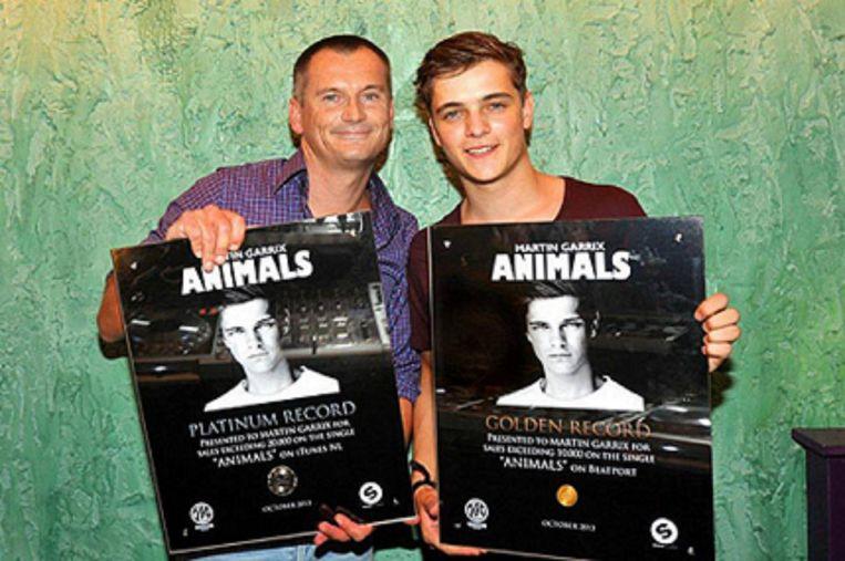 Eelko van Kooten (L) en Martijn Garritsen houden de plaat Animals vast. Beeld