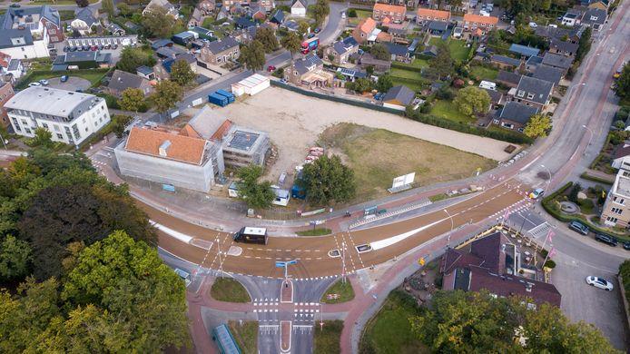De bewuste bocht in de N786. Deze route is gewoon niet geschikt voor zwaar verkeer, is al jaren het standpunt in Loenen. En enkele aanpassingen aan de weg zouden de situatie er nu minder veilig op maken. De provincie spreekt van 'minimale' veranderingen.