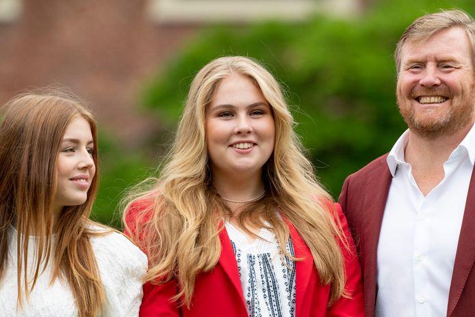 Prinses Amalia (midden) met haar jongere zus Alexia en vader koning Willem-Alexander.