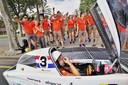 Coureur van Nuon Solar Team wordt met gejuich ontvangen bij de finishlijn (Foto: Jorrit Lousberg).