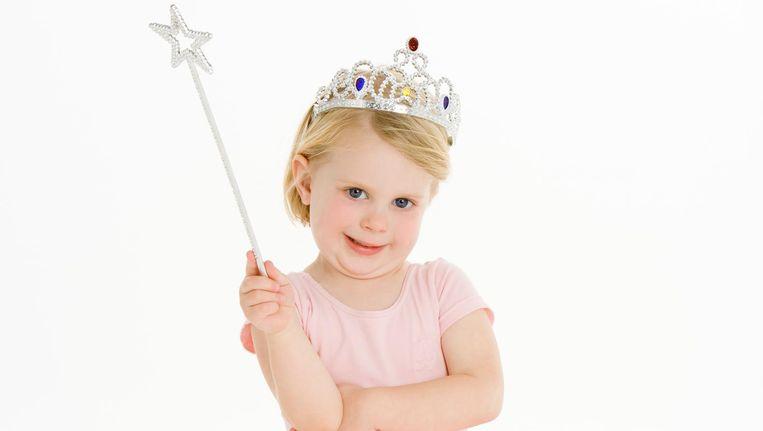 Klein meisje verkleed als prinses Beeld thinkstock