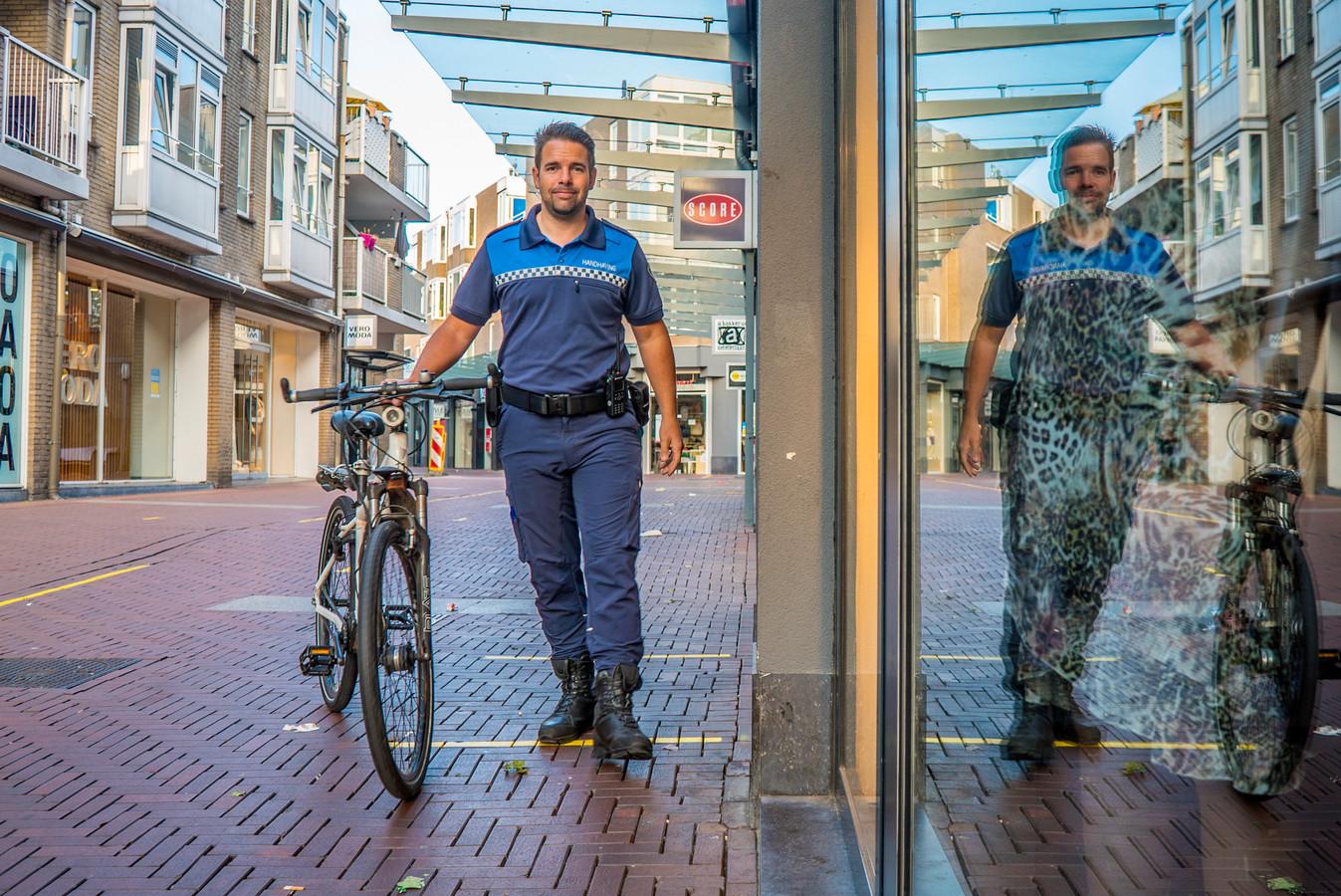 Teammanager Handhaving Wouter van den Berg is blij dat zijn boa's als proef een jaar lang met wapenstokken worden uitgerust.