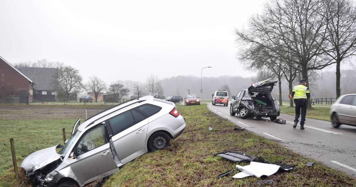 Auto in sloot door botsing met busje PostNL, bijrijdster gewond.
