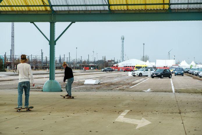 """De bestuurders van wagens worden door het skatepark geleid. """"Foutje in de signalisatie"""", zegt de bevoegde schepen."""