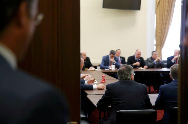 Leden van de Freedom Caucus overleggen na hun ontmoeting met Trump in het Witte Huis. Beeld REUTERS