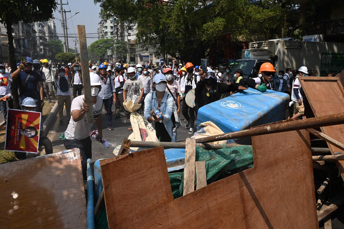 Beelden van het protest tegen de militaire coup in Yangon.