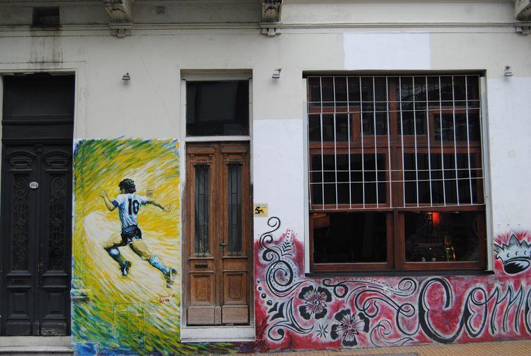 Muurschildering ter ere van Maradona in de oude wijk San Telmo. Beeld Ewoud Ceulemans