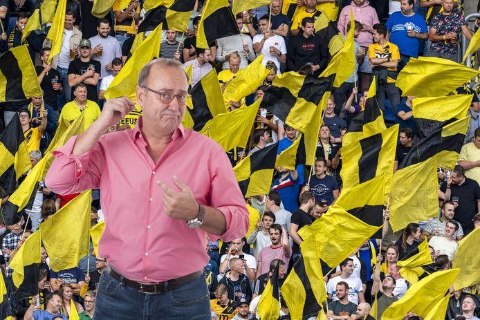 Columnist John Bas over vrolijkheid in het voetbalstadion en treurnis bij het bloemencorso