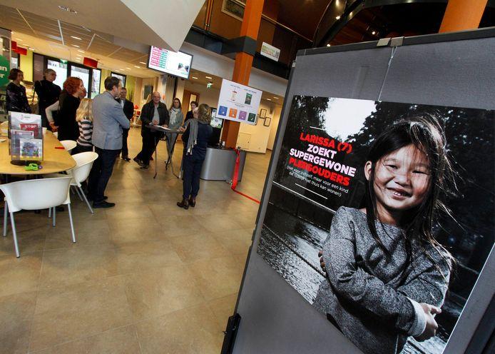Archieffoto uit 2017 van een expo in Oudenbosch met als doel pleegouders te werven.