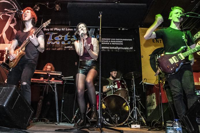 Optreden van de band Amyra tijdens de Grote Prijs van Twente in Almelo.