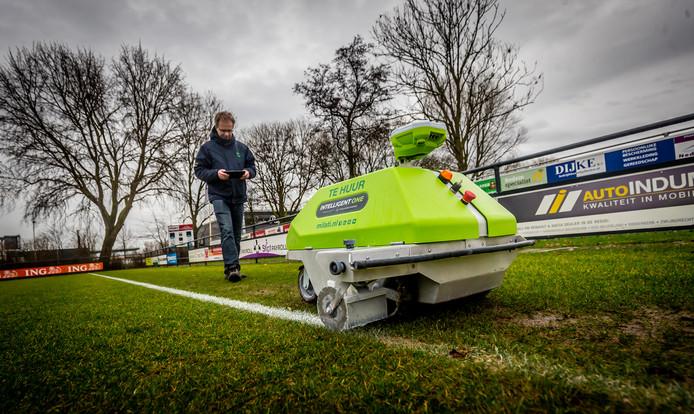 Arjan Spek laat zijn robot lijnen trekken bij Groote Lindt: ,,Wekelijks krijten blijft nodig, want het gras blijft groeien.''