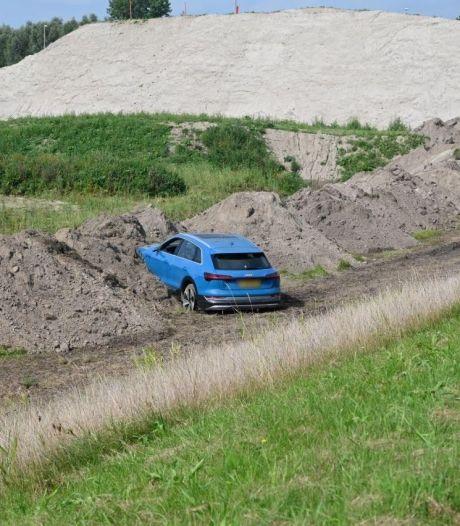 Man 'parkeert' peperdure auto in zandhoop naast Drontermeerdijk
