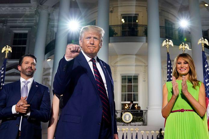 Donald Trump junior, president Donald Trump en first lady Melania Trump voor het Witte Huis.