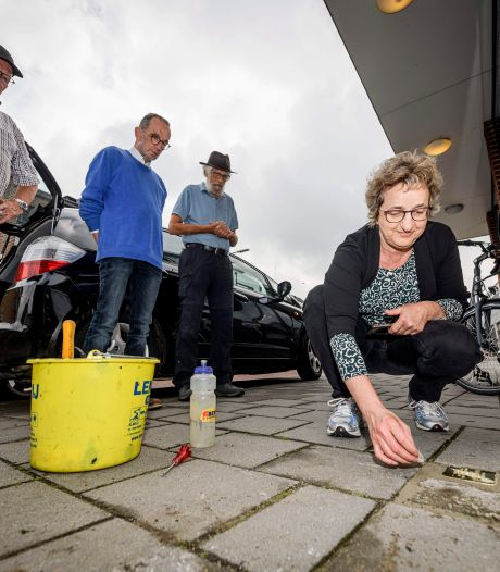 Stolperstein voor razziaslachtoffer Herman ter Beek ligt nu op juiste plek in Almelo