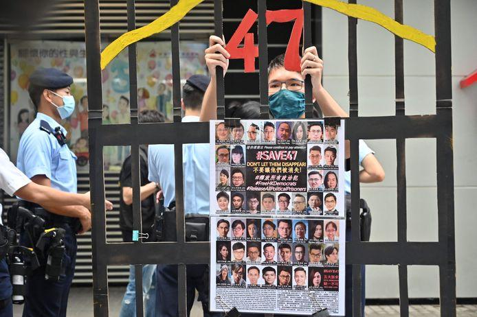 Een demonstrant protesteert tegen de opsluiting van 47 politici uit het pro-democratische kamp die momenteel vastzitten, terwijl een kleine 5.000 inwoners van Hongkong naar de stembus gaan voor een kiescomité. (19/09/21)