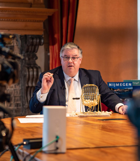 Burgemeester Bruls speelt telebingo met 250 bewoners tehuizen: 'Ik voel de spanning'