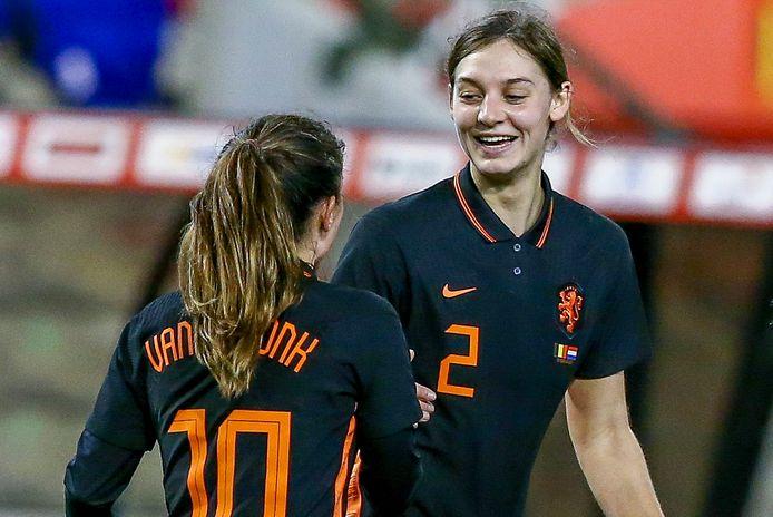Aniek Nouwen uit Deurne feliciteert Daniëlle van de Donk met haar goal.