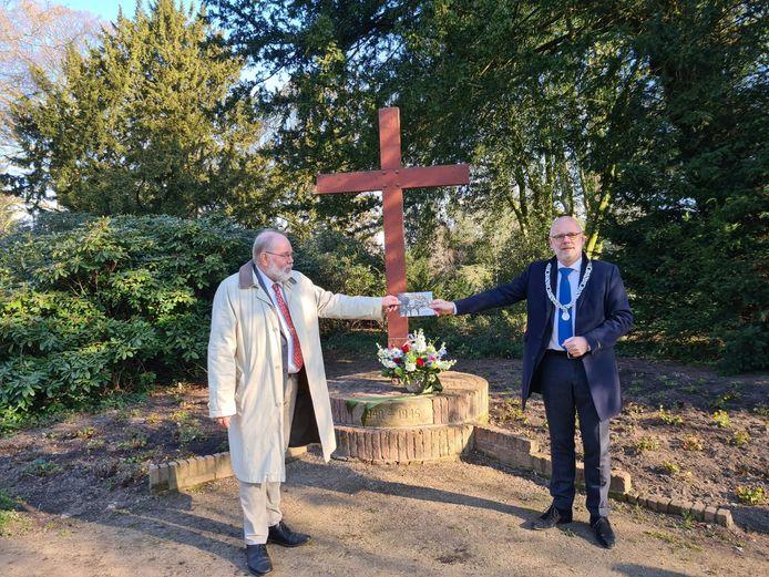 Na het leggen van de bloemen bij het oorlogsmonument overhandigt Ap Lammers (links) zijn boekje aan burgemeester Carol van Eert.