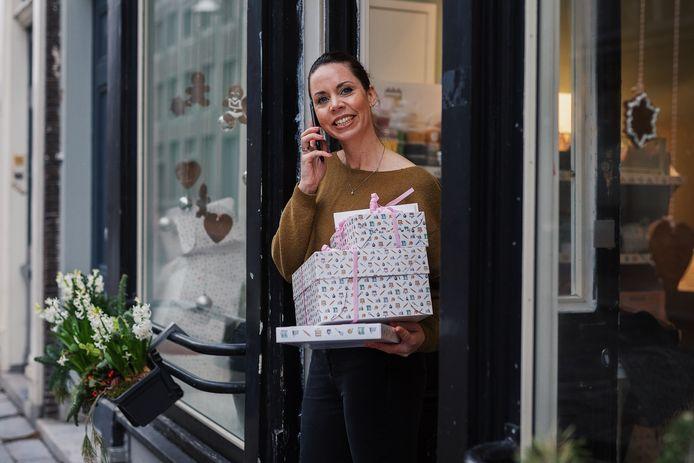 Fiona Stöger met de vele verwenpakketten voor medewerkers van kinderdagverblijven en de noodopvang in Dordrecht. Nu krijgen ook de gastouders en docenten in het voortgezet onderwijs namens de gemeente een box van haar Coffeelicious.
