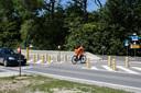 Door de verkeerseilanden en de markering van de fietsoversteek op de Steenlandlaan is het een stuk veiliger geworden voor fietsers aan het kruispunt met de Fabriekstraat.