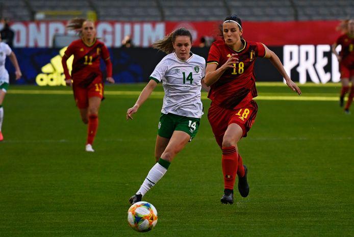 Verdedigster Laura De Neve in actie met de Red Flames in de oefeninterland tegen Ierland.