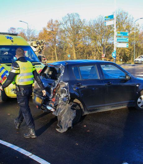 Vrachtwagen botst achterop auto in Helmond, moeder en baby naar ziekenhuis