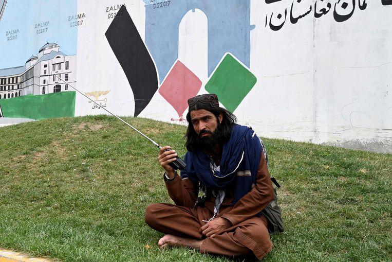 Een Taliban-strijder in Kaboel.  Beeld AFP