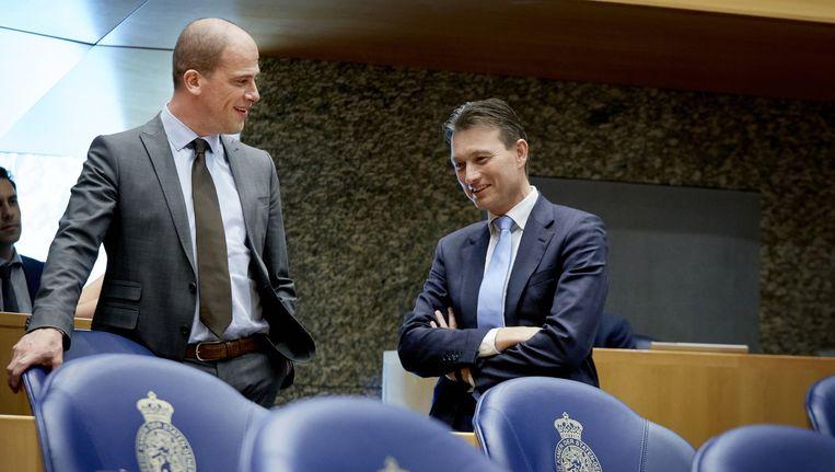 PvdA-leider Diederik Samsom (L) en VVD-fractievoorzitter Halbe Zijlstra (R) tijdens een schorsing van het debat over Bed, Bad en Brood in de Tweede Kamer. Beeld anp