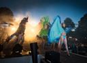 Extravagante optredens en één groot feest, dat is Bölke Open Air op de Oude Markt, traditioneel de start van de Grolsch Summer Sounds. Foto uit 2011.