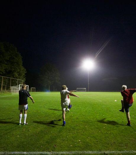 Een kijkje bij 60+ voetbal in Borculo: 'Zo lang je nog achter een bal aan kunt rennen, moet je dat doen'
