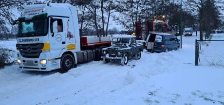Kleine verkeerschaos in Kaatsheuvel: voertuigen staan vast door de sneeuw