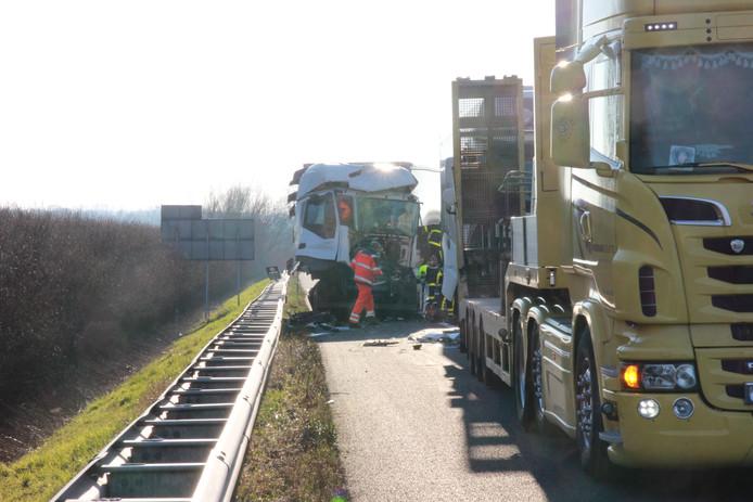 Beeld van het ongeluk op de A15.