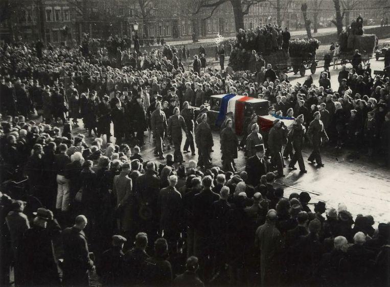 Begrafenis van Hannie Schaft, op 27 november 1945.  Tevens openstelling van de Erebegraafplaats voor 422 illegale strijders aan de Zeeweg in Overveen. Op de foto de rouwstoet op de Zijlweg.  Beeld Noord-Hollands Archief, Beeldencollectie van de gemeente Haarlem.