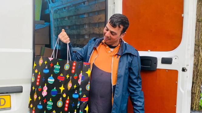 Wilbert en zijn buren verrassen postbezorger met speciaal kerstpakket: 'Hij was er helemaal stil van'