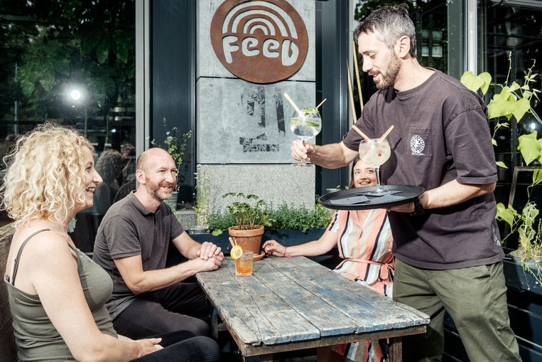 Restaurant Feed serveert cocktails met rietjes en stampers van bamboe. Beeld Jakob van Vliet
