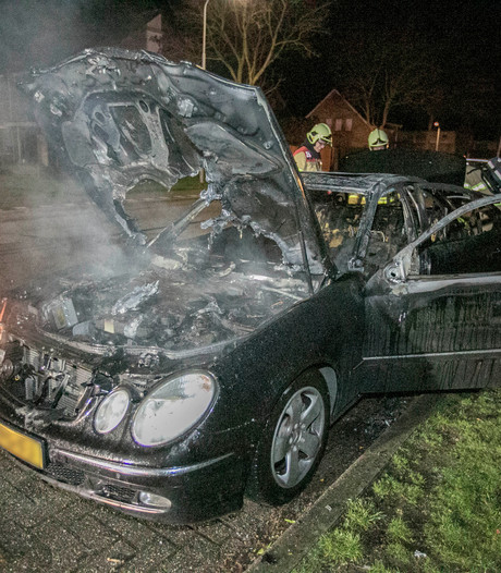 Mercedes in vlammen op in Lobith