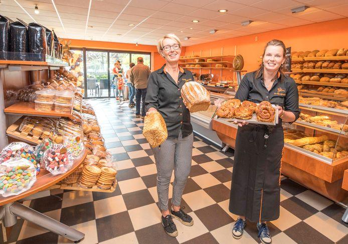 Archieffoto van vorig jaar april, toen eigenaresse  Colinda Bonte (links) en bedrijfsleider Joyce Dieleman het vierde filiaal in Kamperland openden.