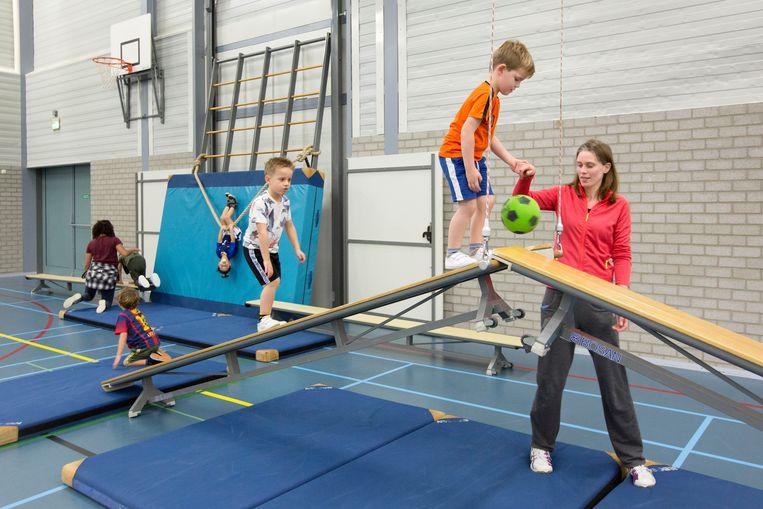 Jeugdleden van volleybalvereniging Irene in Bilthoven krijgen een training die breed georiënteerd is op de ontwikkeling van motoriek.  Beeld Jörgen Caris