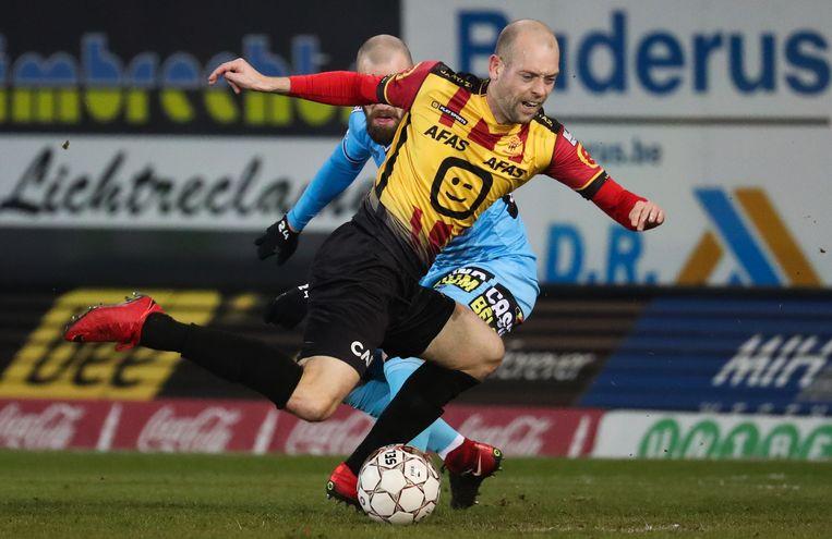 Nicklas Pedersen van Mechelen gaat neer, al dan niet na contact met Dorian Dessoleil (Charleroi). Beeld BELGA