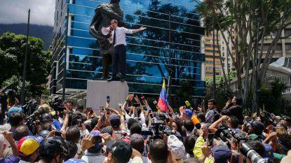 Maduro houdt militaire parade, terwijl Venezolaanse oppositie op straat komt