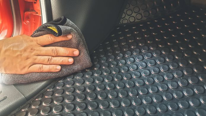 Borstel, stofzuiger en zachte doek zijn onmisbaar bij de verschillende interieuronderdelen.