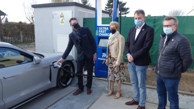 """Familie Dewitte opent laadstation voor tien elektrische wagens aan Esso Deinze: """"Opladen aan tankstation van de toekomst"""""""
