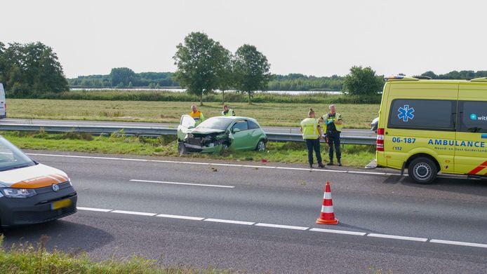 De personenauto kwam in de berm terecht en liep met name aan de voorkant fikse schade op.