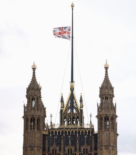 Les drapeaux mis en berne au palais de Buckingham, Johnson rend hommage au prince Philip