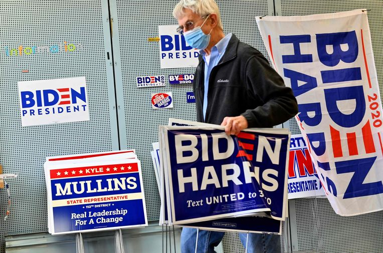 Een Biden-aanhanger draagt verkiezingsmateriaal van zijn kandidaat. Beeld AFP