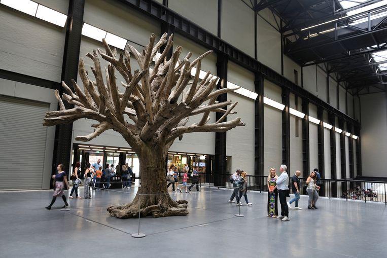 Tate Modern met Ai Weiweis Tree. Beeld Shutterstock